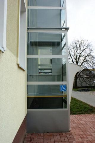 Platforma dla niepełnosprawnych dostawiania do budynku