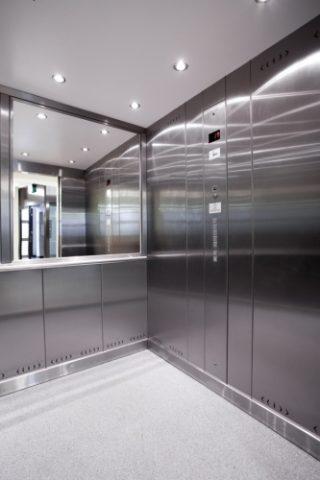 dźwig osobowy, wnętrze windy osobowe z lustrem