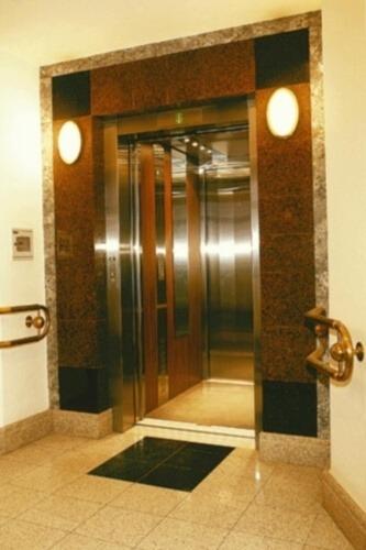 Dźwig osobowy, winda osobowa w budynku mieszkalnym