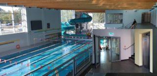 Winda osobowa w budynku pływalni