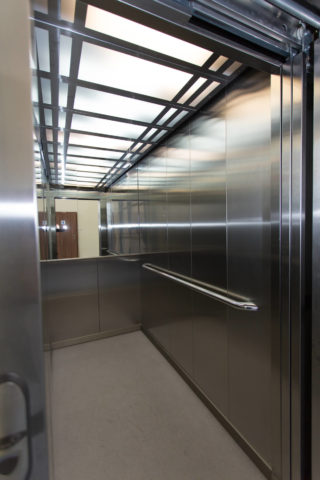 Wnętrze kabiny windy osobowej ze stali nierdzewnej.
