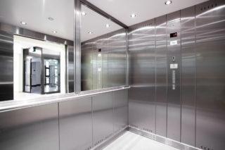 Wnętrze kabiny dźwigu towarowo - osobowego.