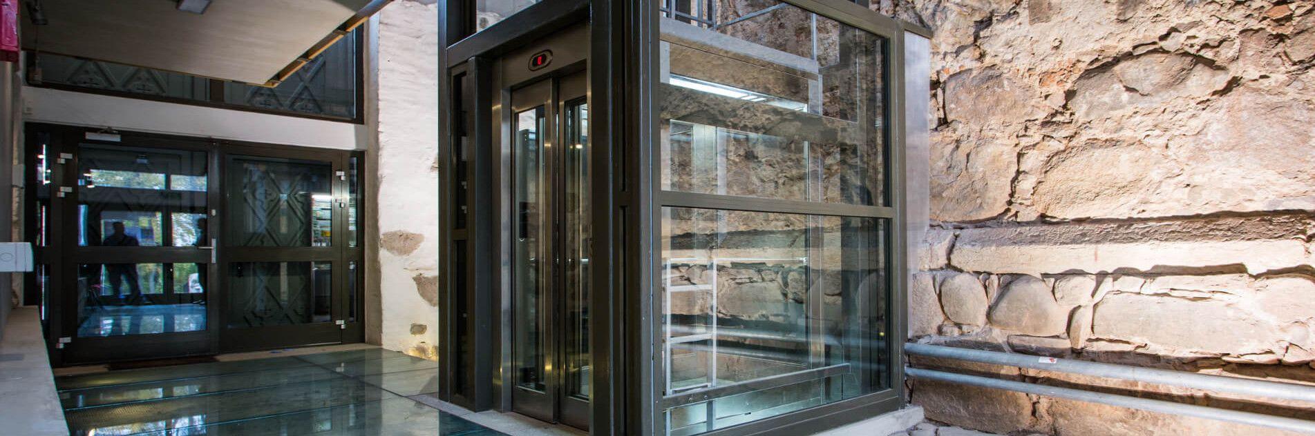 Kabina windy, dźwigi osobowe w zamku w Człuchowie